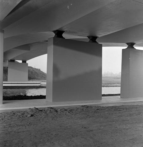 1237_013_053_001 - In opdracht van Publieke Werken . Opening viaduct bij kanaal