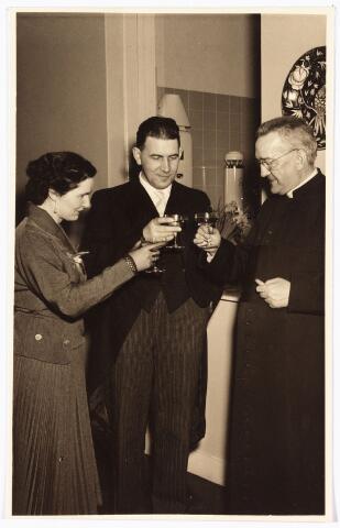 009893 - De heer en mevr. Tans toosten met pastoor H.B. van Dun bij de inwijding van winkel en magazijnen Bisschop Zwijsenstraat nr.18-20 van de firma Grosa