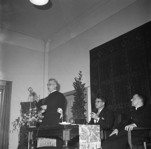 050484 - Het Wit-Gele Kruis, katholieke bond op het gebied van zieken- en gezondheidszorg. Provinciale Noord Brabantse Bond. Wijkverpleegstersdag 1954. Voorzitter: dr. C.J.M. Mol, mgr. prof. dr. F. Eeron, prof. dr. J. de Quaij en mgr. Hendriks.