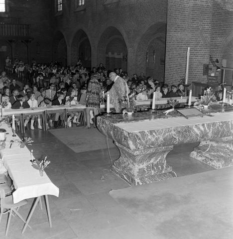 1237_012_983-2_005 - Religie. Kerk. Communicanten. De eerste Heilige Communie in de Maria Boodschap kerk in Goirle in mei 1971.