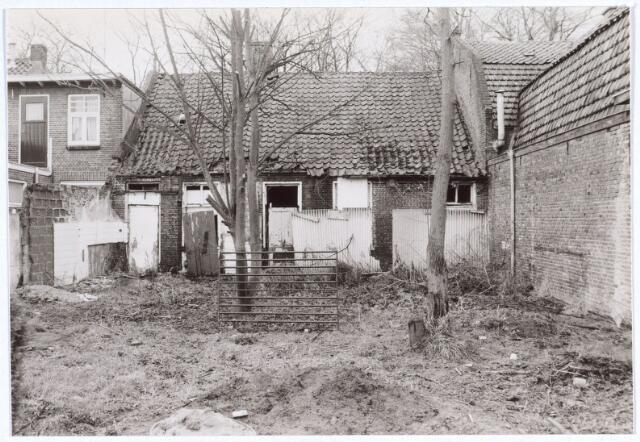 017112 - Achterzijde van de slooppanden Capucijnenstraat 109 en 111 begin 1981