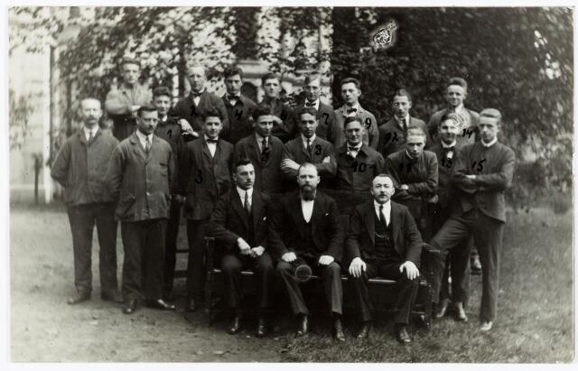 052169 - Onderwijs. Textielschool. (1923) Groepsfoto van de leerlingen van de dagcursus Textielschool. Zittend de heren Fröhn, Handels en Schröder.