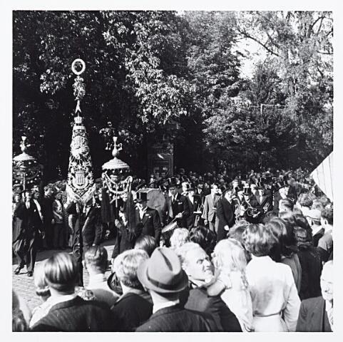 012199 - Tweede Wereldoorlog. Harmonie tijdens een bevrijdingsfeest in het Wilhelminapark op 9 mei 1945