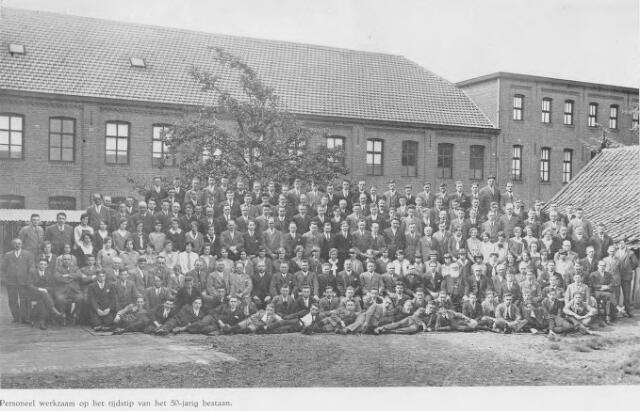 064365 - Leder- en schoenindustrie.  N.V. Stoomschoenfabriek J.A. Ligtenberg.  Het personeel bij de viering van het 50-jarig bestaan in 1931.