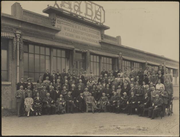 604082 - AaBé, NV Flanel- en Wollenstoffenfabriek, voorheen Gebroeders van Spaendonck. De directie, bezoekers en personeel zijn gefotografeerd voor het entreegebouw van de fabriek aan de Fatimastraat (voorheen Hoevenseweg).De herkomst van de foto´s is verder onbekend, er zijn slechts enkele directieleden te herkennen op de voorste rij. De directie van de fabriek bestond o.a. uit de familie Van den Bergh.
