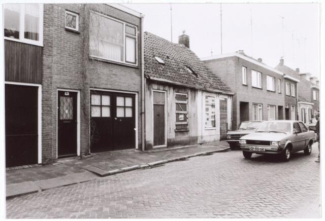 017267 - Slooppanden tussen nieuwbouw aan de Capucijnenstraat begin 1981