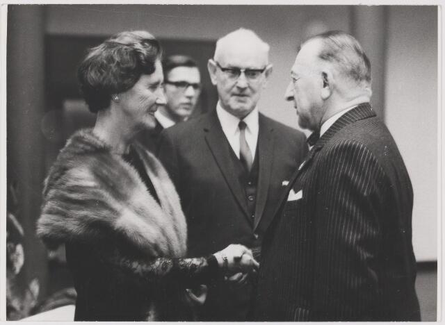 081263 - Nieuwjaarsreceptie 1972 van het gemeentebestuur. V.l.n.r.: mevr. Krol, Hans Prinsen, burgemeester Krol en L. Uijtendaal