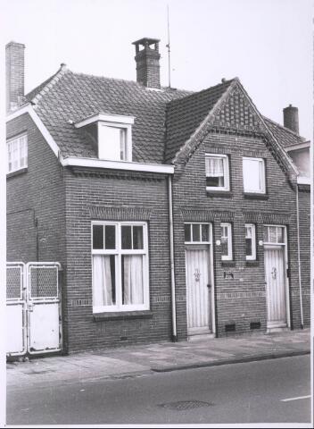 027686 - Oude Lind 28 (links), huis van Pietje van Loon, chauffeur van Mannaerts bij Mannaerts-Vissers. Rechts: No. 30.
