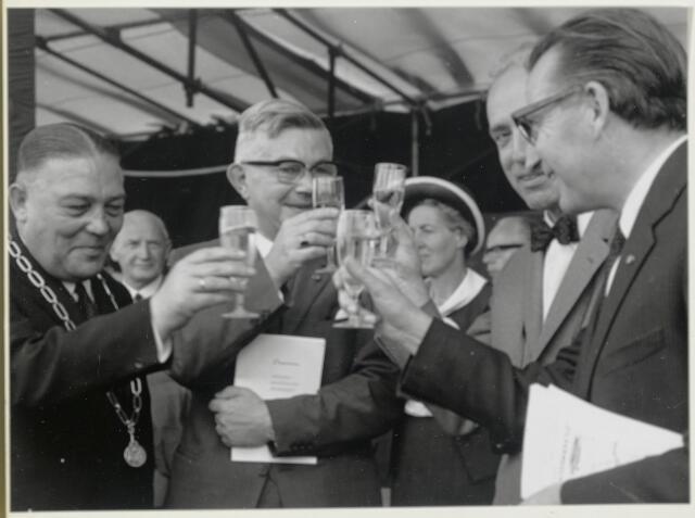 91671 - Made en Drimmelen. Toost tijdens de officiële opening van Jachthaven De Biesbosch. Links (met ambtsketen) Burgemeester Cees (C.W.) Smits (met ambtsketen) - KVP-er (1965 - 1975) samen met enkele andere sprekers.