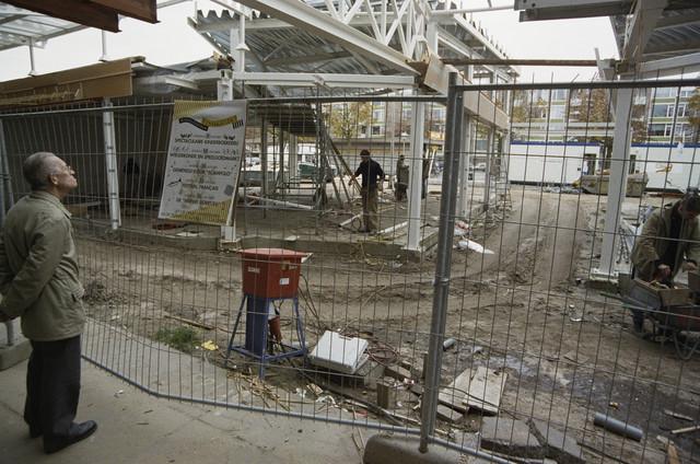 """TLB023000245_003 - In 1994 is de renovatie van Winkelcentrum Westermarkt afgerond met het gereedkomen van de overkapping en de nieuwbouw van een aantal winkels. Tot dan stonden er enkele kiosken in de """"bak"""" en op het """"voorplein"""" van het winkelcentrum dat op 15 november 1961 werd geopend."""