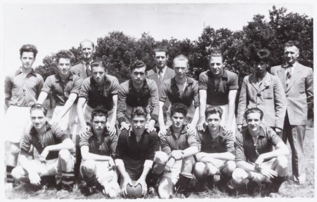 054101 - Sport. Voetbal. Gudok. Het elftal van Gudok in `1957. Voor de namen van de spelers: zie de reacties