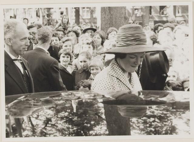 075706 - Bezoek H.K.H. Prinses Irene op zaterdag 27 mei 1961. links met strik commissaris van de Koningin dhr. Kortman.