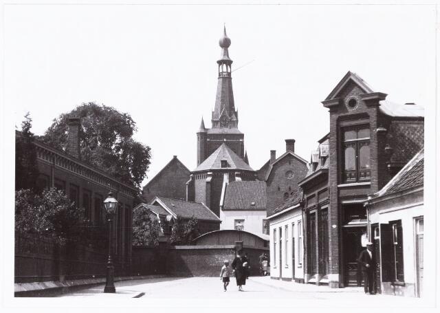 008576 - De Emmastraat in de richting van de Oude Markt (thans Stadhuisplein), gefotografeerd door Henri Berssenbrugge (1873-1959) in 1929. Links het laboratorium en het gymnastieklokaal van de Rijks-HBS Koning Willem II, waar thans Stadskantoor I staat. Rechts de Pleinstraat.