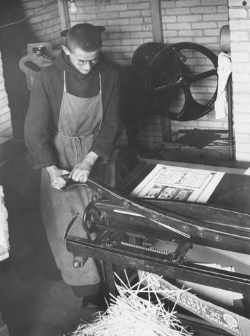 105269 - Monnikenleven Broeder Antonius in de drukkerij van de Sint Paulusabdij. Kloosters