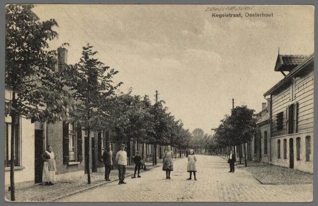 102845 - Zandheuvel, vanaf de Leeuwenstraat (links) en pastoor Bressersstraat (rechts) in 1919. Laatstgenoemde straat heette toen nog de Spookselstraat. Het eerste pand rechts is de leerlooierij van de firma Huijben. Het gebouw staat er nog steeds maar heeft zijn oorsponkelijke bestemming verloren.