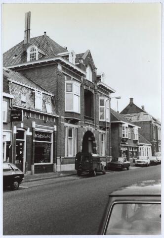 024715 - Voormalig woonhuis van  de familie Janssen - Franken aan de Korvelseweg. Later waren in het pand ondermeer het Consultatiebureau voor Alcohol en Drugs (CAD) en een advocatenkantoor in gevestigd. Links van het pand de electronicazaak van Jan van Eijck en rechts een tabakswinkel