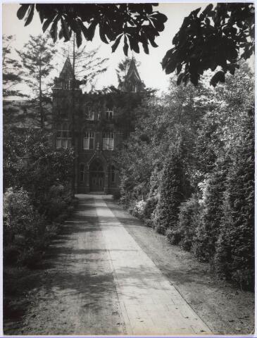 023700 - Hoofdingang van het cenakel aan de Koningshoeven (Kempenbaan) in 1933