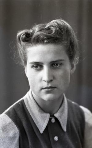 654719 - Portret van een jonge vrouw.