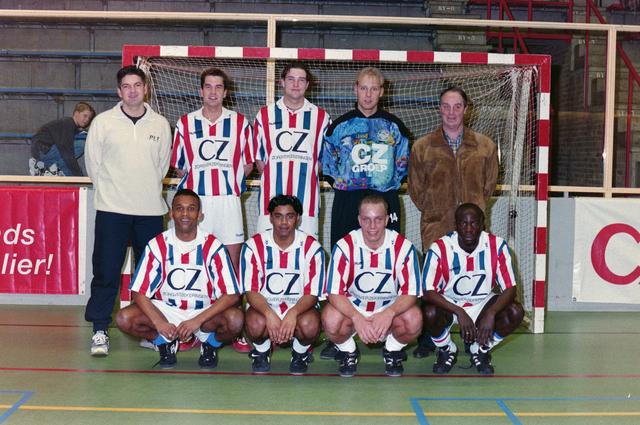 1237_001_029-1_027 - Sport. Voetbal. Een zaalvoetbal team van Willem II op 3 januari 1999. Ze worden gesponsord door CZ.