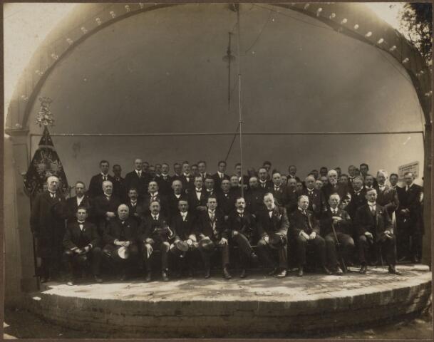 """104649 - Van 19 t/m 22 september 1920 werd een tuin- en landbouwtentoonstelling gehouden. Het bestuur werd gevormd door E. Fick, A. Speekenbrink en W. van der Linde. Met een matinee, gegeven door de """"Koninklijke Harmonie Oosterhout"""", werd deze tentoonstelling geopend. Het programma vermeldde een keuring van land- en tuinbouwproducten, bloemen, bomen en bijen. Ook paarden, rundvee en geiten werden gekeurd. Op 22 september had een demonstratie plaats van landbouwwerktuigen. Hier een foto van de organisatoren vzan dit evenement. Op de eertse rij v.l.n.r. Frankaart, Adr. van Leijsen, A. van Oirschot, A. de Kort, A. Speekenbrink, burgemeester Dec van der Schueren, E. Fick, W. van der Linde, J. Oomen en H. Schoenmakers. Op de 2e rij v.l.n.r. P. Sips, J. de Rooij, M. Smits, NN, J. van Helvert, J. Caron, J. van Loon, NN, P. Rombouts, NN, A. van Dijk, And. OOmen, NN, J. Oomen, Brouwers, A. van Eekelen, Smits, Van Beuzekom, C. Mertens, A. van Oldeneel en W. Oomen."""