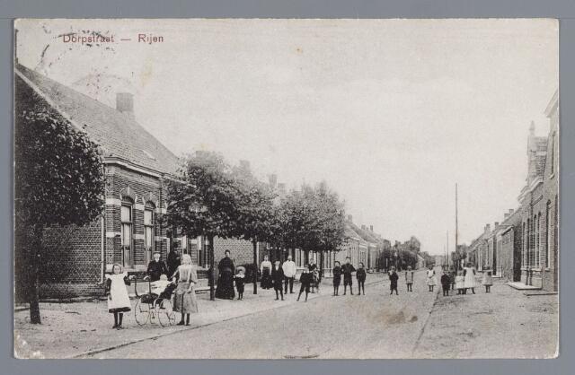 """058029 - Rijen, Aan het einde van de Stationstraat omstreeks 1909 was links op de voorgrond de woning van H.C. van Beckhoven. Hij was vanaf 1885 onderwijzer aan de openbare lagere school te Rijen. Rechts op de voorgrond en gedeeltelijk zichtbaar staat de woning van J. Adriaansen en het woonhuis van directeur der coöperatieve stoomzuivelfabriek """"De Hoop"""", respektievelijk gebouwd in 1907 en 1906. De directeur van de zuivelfabriek was in die tijd T.J. Tetwischa van Scheltinga en tevoren F. Galema."""