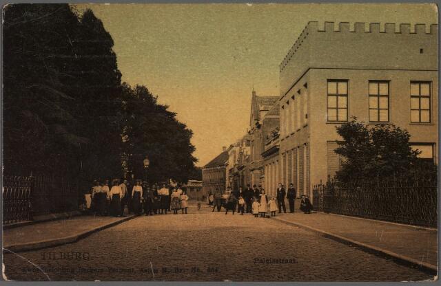 010174 - Paleisstraat richting Willemsplein met rechts het kantoor van notaris Maas, later huisvesting van het Natuurhistorisch Museum en het Nederlands Volkenkundig Missie-museum.