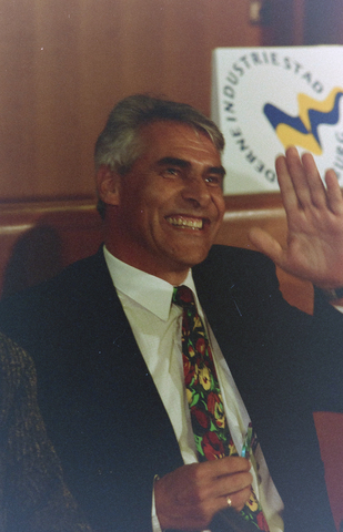 1237_001_002_006 - Portret van burgemeester Stekelenburg (1941 - 2003). Johan Stekelenburg was burgemeester van Tilburg van 1997 tot 2003.