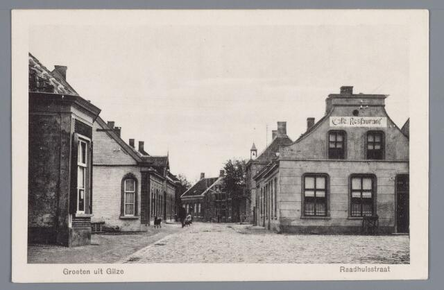 057974 - Gilze, Op de voorgrond rechts het café-restaurant Van G.C. Everts. Achtereenvolgens de woning van expediteur J. Bezems, de zijgevel van het woonhuis van J.B. Brouwers, die hier een looierij had, de winkel in manufacturen van Jac. Preijers en de bakkerij van Jan Preijers.