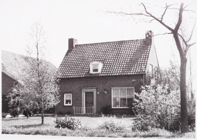 025423 - Boerderij aan de Langendijk halverwege mei 1970