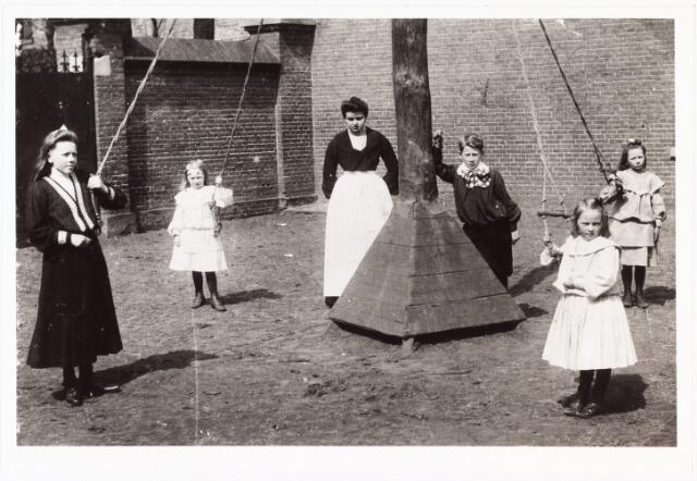 008059 - Basisonderwijs. Speelplaats Franse school Langestraat 10. Kinderen Verschuuren-van Hoof, v.l.n.r. An, Leta, (Betje) Karel, Netty, Mia.