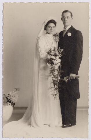 044617 - Trouwfoto van rijwielhandelaar Harrie Donders, geboren te Tilburg op 10 juni 1914 en aldaar overleden op 24 januari 1979, en Riet Pijnenburg geboren te Tilburg op 19 juli 1920.