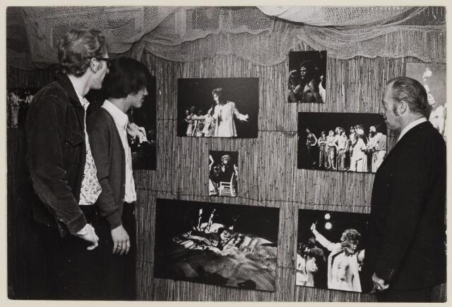 085200 - Dongen.Foto-expositie in Cultureel Centrum. Rechts op de foto Kees van der Schoof.
