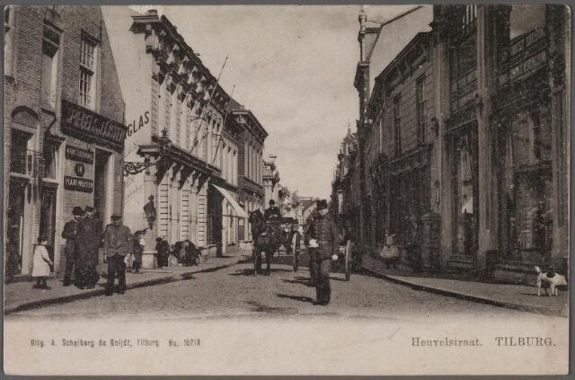 011346 - Heuvelstraat richting Heuvel ter hoogte van de Langestraat (links) In het pand links de zaak van spiegels en lijsten van Van den Meijdenberg. Midden op straat en agent van de gemeentepolitie en een rijtuig.