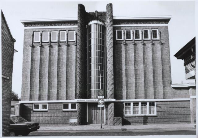 027546 - Rijksmonument. Middelbaar onderwijs. Sint Theresia Lyceum aan de Oude Dijk 9, later Pedagogische Academie Tilburg. Dit gebouw werd door architect Jos Donders ontworpen in de stijl van de Amsterdamse school.