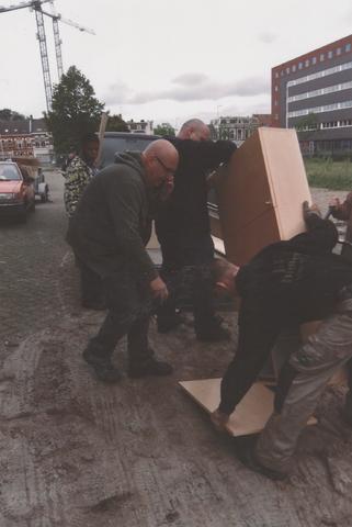 651245 - Mooi zo, Goed zo. Verhuizing van inboedel. Van der Zanden, aannemingsbedrijf uit Moergestel en G. van der Ven B.V. aannemingsbedrijf uit Brakel maken het voor de stichting Mooi zo, Goed mogelijk om nog bruikbare materialen uit slooppanden te halen. Soms blijven er ook goede meubels achter zoals deze kast.