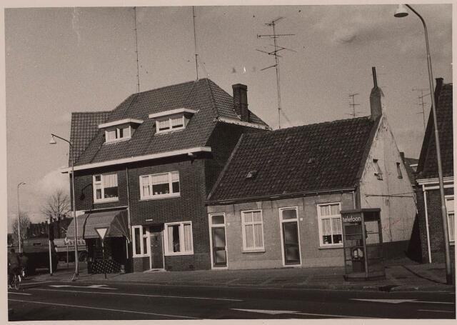 023414 - Oostzijde van het Julianapark in 1968, met links slagerij Schapendonk. Op deze plaats staat nu een groot woonclomplex