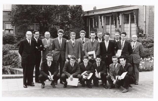 038565 - Volt. Zuid.Opleidingen. Geslaagden van de vakliedenopleiding studiejaren 1957 - 1960. Hurkend v.l.n.r. Holtermans, Cools, van Lieshout, Brands, van Eyndhoven, en Hermans. Staand v.l.n.r.: Hopstaken: praktijkdocent, van Beers: theoriedocent, Hessenfelt: theoriedocent, Verstappen, van Grinsven, Resseler, de Roy, Rutten: afd. chef gereedschapmakerij, van Iersel, Roovers: hoofd praktijkopleidingen Philips Eindhoven, de Bont, de Jong: hoofd werkplaats El. Techn. Lab. Door verder studeren zijn veel van de geslaagden hoger opgeklommen in het bedrijf.