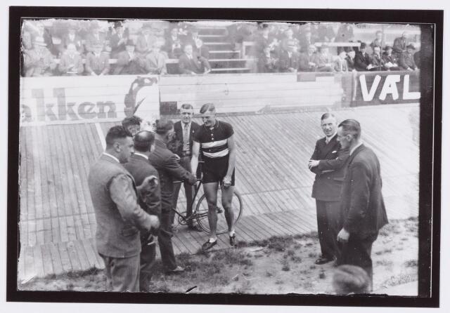 054426 - Sport. Wielrennen. Opening van het Wielerseizoen op de Tilburgse Wielerbaan; revanche sprintwedstrijden Jacques van Egmond bleef winnaar.