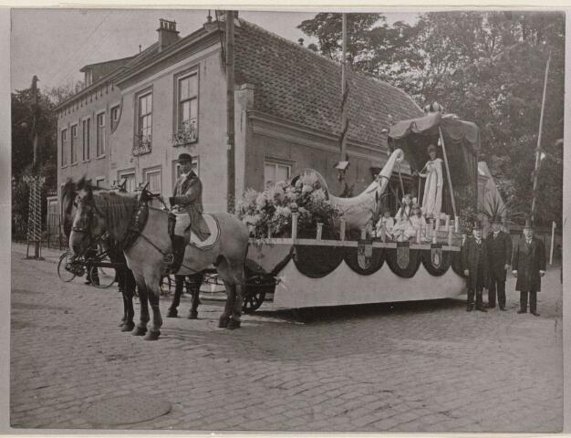 100204 - Huis van Oranje. Praalwagens tijdens het regeringsjubileum (25 jaar koningin Wilhalmina). Hoek Rulstraat- Laan