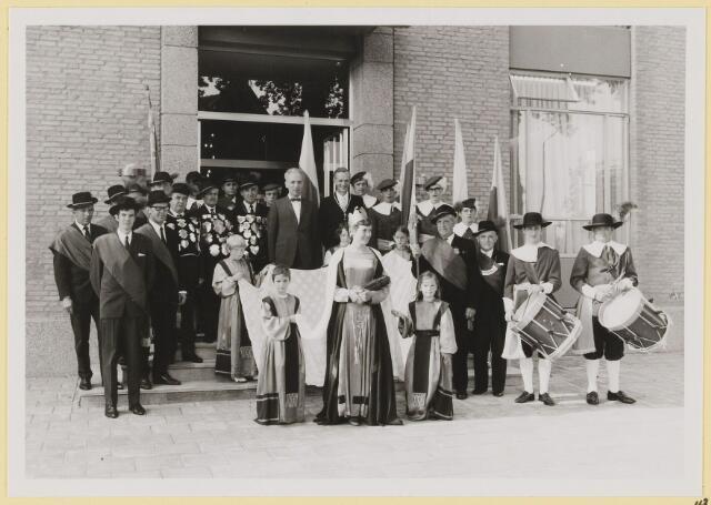 073013 - Opening gemeentehuis door de Commissaris van de Koningin Kortmann. Poseren met het voltallige gilde.