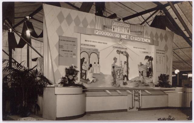 043479 - Overzicht van de missietentoonstelling G.E.O. gehouden op het Piusplein van 4 t/m 12 juni 1949.