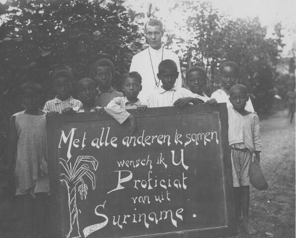 063881 - In 1929 vierden de ouders van Piet Tuerlings (frater Richardo), Jan Tuerlings en Anna Francisca (Ant) Stokkermans, in Tilburg hun zilveren bruiloft. Zoon Piet stuurde vanuit Paramaribo deze foto van zichzelf met een gelukwens. Frater Maria Richardo, Petrus Cornelis Maria Tuerlings, werd geboren in Tilburg 21 mei 1905 en overleed te Curacao op 18 mei 1967.
