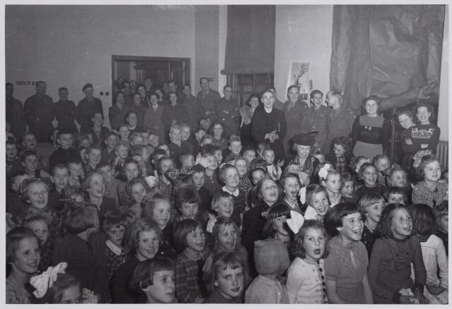 045701 - Tweede Wereldoorlog. Sinterklaasviering voor Goirlese kinderen, georganiseerd door Engelse militairen.