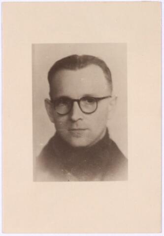 013738 - WO2 ; WOII ; Tweede Wereldoorlog. Verzet. Wim Berkelmans was werkzaam op de afdeling bevolking van  de gemeentesecretarie en nam deel aan het verzet door het verstrekken van valse identiteitspapiere. Hij was ook betrokken bij de voorbereidingen van een overval op de kluis van de afdeling bevolking in januari 1944. Na de oorlog werd een straat naar hem genoemd