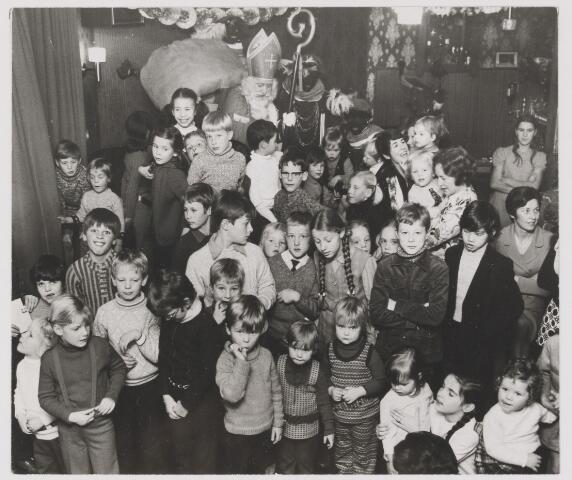 """081936 - Bezoek van St Nicolaas aan kinderen van """"De Locht"""". Sinterklaas. Sint Nicolaas."""