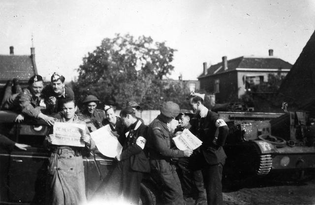 830051 - WO2: WOII; Tweede Wereldoorlog. Bevrijding. 'Frans Kuypers, Ton Vogels, Jef v.d. Heijden en Sjef Naaijkens.' Bevrijders en inwoners Hilvarenbeek; Poserend met de Hilverbode