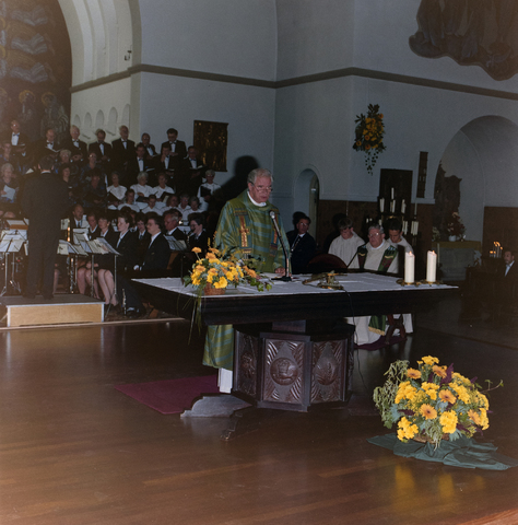 1237_012_972-1_006 - Cultuur. Muziek. Orkest. Het 125-jarige jubileum van het Tilburgse muziekorkest l'Echo des Montagnes in 1992. Dit wordt gevierd met onder andere een concert in de Heikese kerk (Sint Dionysiuskerk).