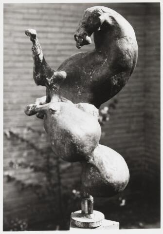 """067611 - STEIGEREND PAARD, bronzen beeld van Arthur Spronken (geb.1930 in Beek L.) in  basischool """"De Sleutel"""", Eilenbergstraat 250."""