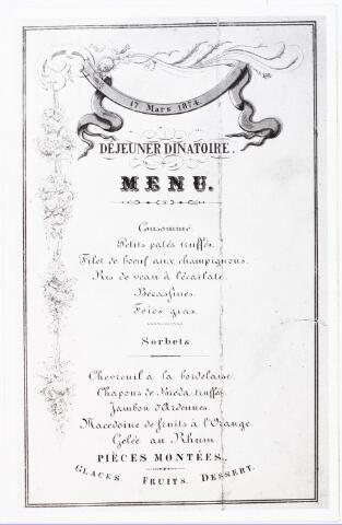 """008420 - De menukaart van het """"Déjeuner dinatoire"""" van 17 maart 1874, gehouden ter gelegenheid van de onthulling van de gedenknaald van Koning Willem II (1792-1849), op de plaats van het sterfhuis van de koning. Ook Prins Hendrik, zoon van de koning, was bij de onthulling aanwezig. In 1968 moest de gedenknaald het veld ruimen wegens de aanleg van de 'City-ring'. Na jaren van opslag bleek de gedenknaald in zo'n slechte toestand te verkeren dat de gemeente op financiële gronden afzag van restauratie. Vervolgens lanceerde de Juniorkamer Hart van Brabant het plan om dan maar een geheel nieuwe gedenknaald op te richten. Realisatie in 1987. Nieuw op één onderdeel na: het marmeren medaillon met de beeltenis van de vorst is nog afkomstig van het oude monument. De naald staat op de Oude Markt, tussen ingang Heikese Kerk en Paleisring."""