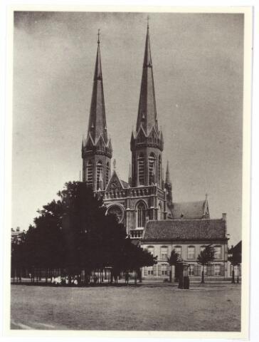000966 - Kerk St. Jozef met pastorie en lindeboom. Repro uitgegeven bij het rooien van de circa 350 jaar oude lindeboom op de Heuvel op 27 april 1994.